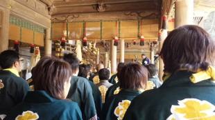 そして、危険を伴う御柱付近やメドデコ乗り、などで諏訪大社でも安全祈願を行います。 皆の気が引き締まる瞬間です。