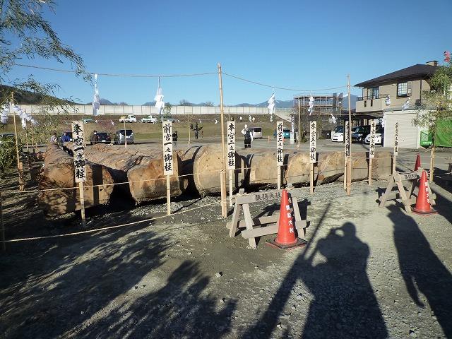 山出しを終えた御柱は御柱屋敷に置かれます。