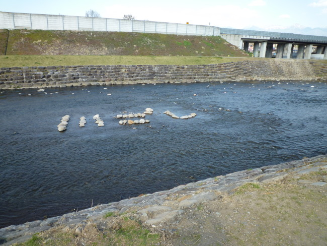 川越しが済んだ宮川には「川ごし」の文字が。ちょっとした「おもてなし」です。